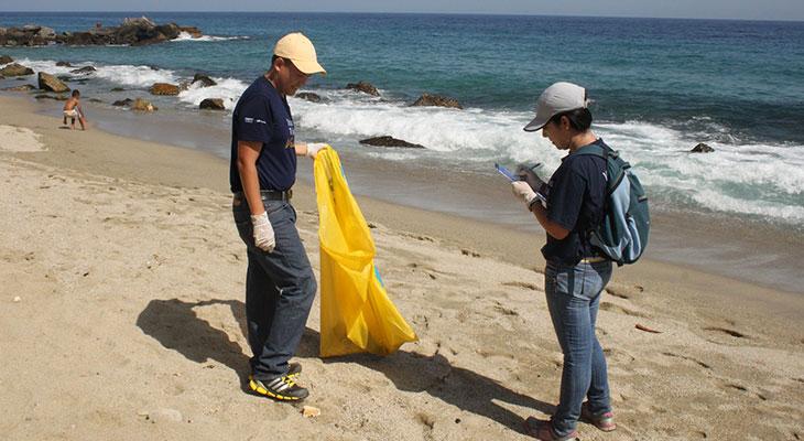 Labores de limpieza en el Día Mundial de las Playas