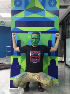 hombre-mascara-verde